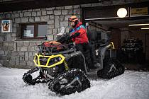 Dobrovolník horské služby Michal Vávra připravuje čtyřkolku, 30. ledna 2021 na Ovčárně.