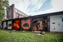 Stěnu zadního traktu ostravského Domu umění v Ostravě ozdobila velkoformátová díla sedmi umělců, zaří 2019.