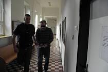 Muži (na snímku ze zahájení procesu počátkem letošního března) hrozilo až deset let vězení. Nakonec odešel s podmíněným trestem.