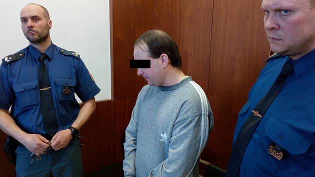Muž se ke zneužití školačky přiznal.