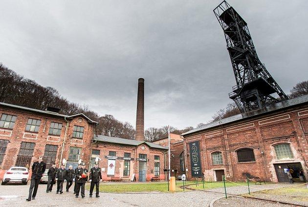 Horníci vkrojích uctili památku Svaté Barbory vareálu ostravského hornického muzea Landek.