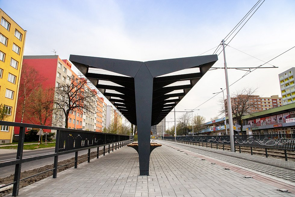 Modernizovaná lokalita Kotva v Ostravě-Výškovicích čítá novou unikátní, kilometrovou trať, kterou čeká ozelenění, moderní tramvajové a autobusové zastávky a upravenou frekventovanou křižovatku.