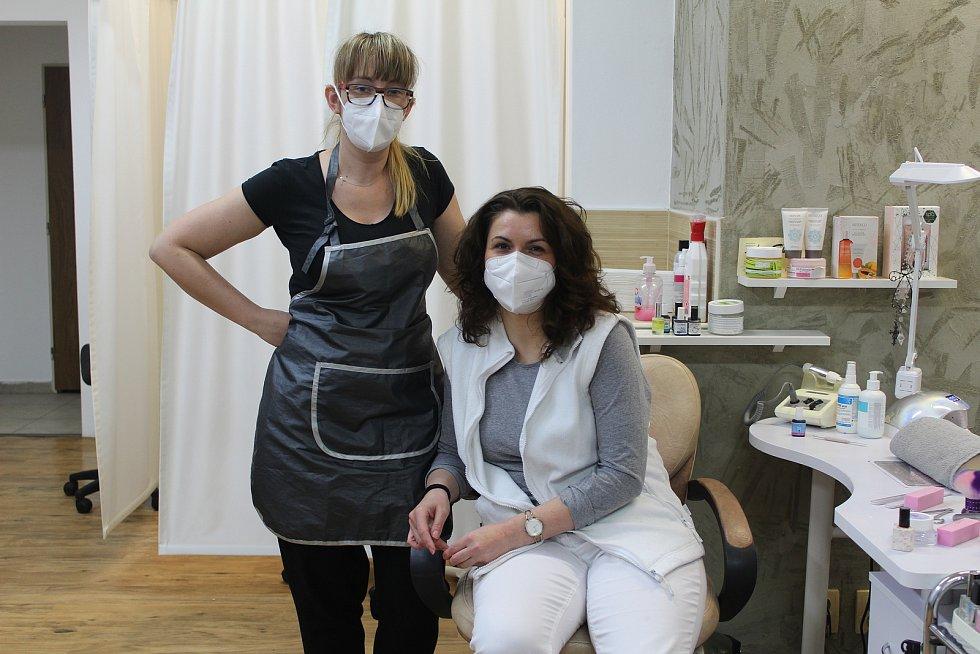 V pondělí 3. května 2021 se otevřel i Salon Eva v centru Ostravy. Na snímku pedikérka Eva Holaňová (vpravo).