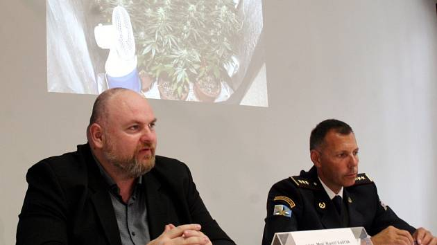Kamil Vašťák (vlevo) a Tomáš Kužel prezentovali výsledky protidrogového boje v Ostravě.