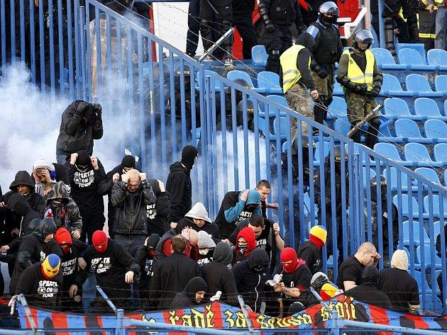 Utkání Baník - Sparta provázelo násilí na tribunách. Zápas přerušilo řádění chuligánů, na stadionu zasahovala policie.