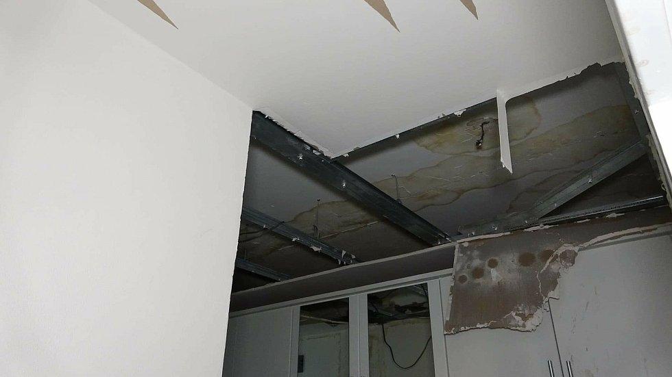 Přízemní byt samoživitelky Světlany den po výbuchu varny pervitinu u souseda Pavla v domě na sídlišti Hrabůvka v Ostravě-Jihu, rok 2021.