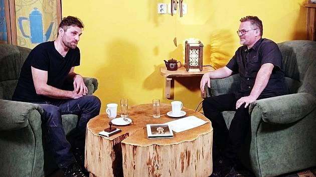 V Hovorech z čajovny si Marian Žárský (vpravo) vyprávěl také s cestovatelem Liborem Fojtíkem o jeho knize Trampové.