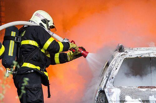 Bílovecká jednotka HZS MSK vyráží vždy jako první k zásahům při požáru v klimkovickém tunelu u Ostravy. Právě tento zásah v pátek bílovecká jednotka nacvičovala v opuštěném depu v areálu Dolní oblasti Vítkovic.