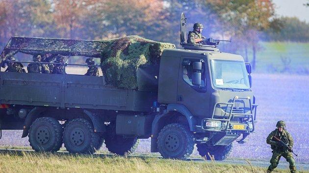 """Krajské vojenské velitelství Ostrava v úterý pořádalo mediální den s ukázkami likvidací nepřítele při přepadeních, léčkách, ale i dalších akcích """"militantních skupin"""" vyslaných k destabilizaci bezpečnostní situace v zemi."""