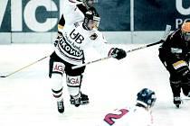 Bývalý útočník Luděk Krayzel je autorem historicky první branky derby mezi Vítkovicemi a Třincem. Tu vstřelil 13. října 1995 v čase 2:04. Ostravané však nakonec ve Frýdku-Místku prohráli 2:4. Na snímku během domácího utkání s Litvínovem.