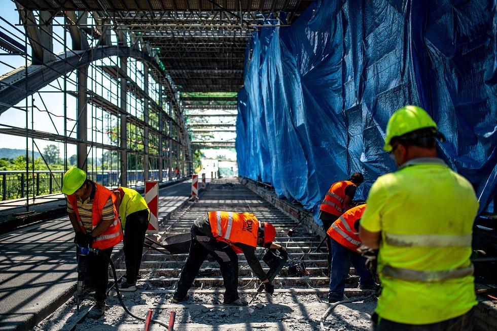 Oprava historického uzavřeného mostu přes řeku Odru u Outlet Arény Moravia. 19. června 2021 v Ostravě.