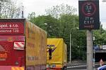 V myší díře na Hlučínské ulici v Ostravě-Přívoze by díky nové signalizaci už žádný kamion neměl uvíznout