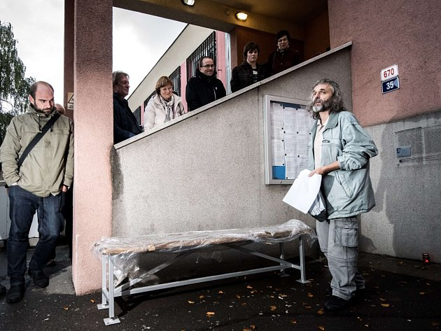Odhalená lavička Ferdinanda Vaňka před vězením v Ostravě je poctou k nedožitým 80. narozeninám prezidenta Václava Havla.
