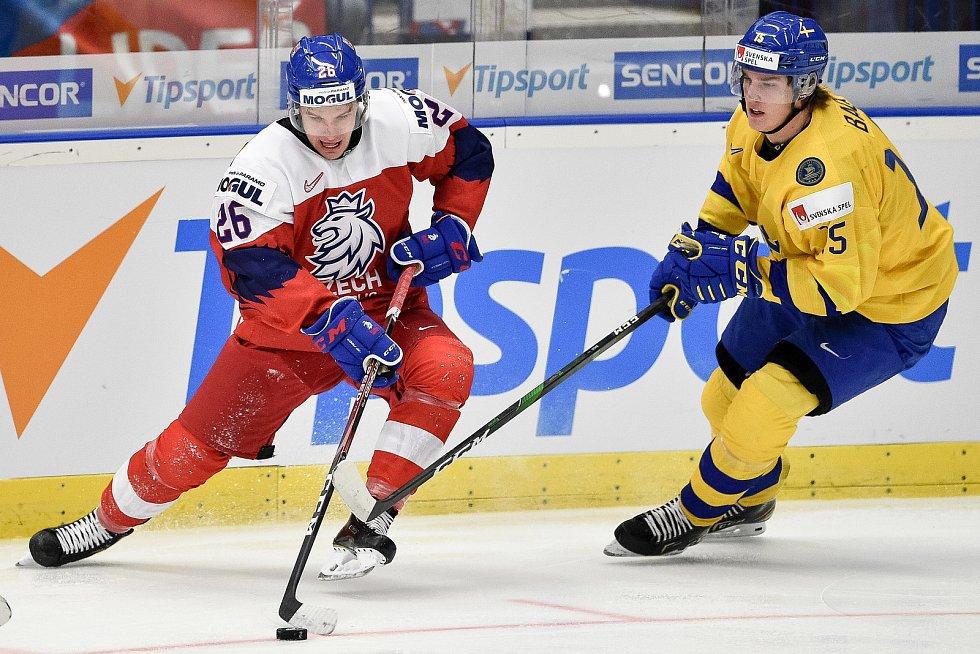 Mistrovství světa hokejistů do 20 let, čtvrtfinále: ČR - Švédsko, 2. ledna 2020 v Ostravě. Na snímku (zleva) Adam Raska a Oskar Back.