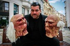 Ostravský sportovní novinář Richard Šíma už 14 let vystupuje v masce Artura Ropotáma jako fiktivní člen kapely Pražský výběr.