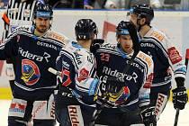 DVA ZE ČTYŘ GÓLŮ hokejových Vítkovic ve čtvrtfinálové sérii s Kometou Brno vstřelil útočník Ondřej Roman (na snímku s č. 23). K výhrám to ale nepomohlo. Ostravané to tak po dvou domácích utkáních mají s uřadujícím mistrem 0:2 na zápasy.