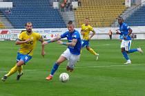 Obránce Baníku Ostrava Jiří Fleišman (vpravo v modrém).