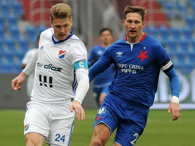 Obránce Václav Procházka v dresu Baníku Ostrava (vlevo).