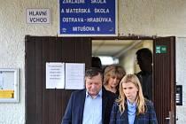Ministryně školství Kateřina Valachová (ČSSD) si do Ostravy osobně přijela vyslechnout důvody, proč muselo dojít ke sloučení základních škol v ulici Mitušova.