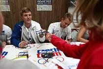O AUTOGRAM mistra Evropy 2008 Tomáše Vernera byl v srpnovém Olympijském parku Ostrava 2016 velký zájem, vedle něj se fanouškům podepisuje krasobruslař Michal Březina.