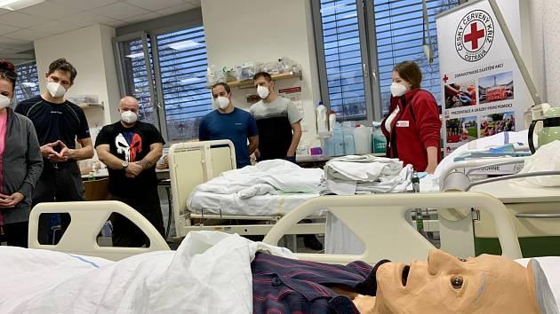 V nemocnicích chybí lidé. Červený kříž v Ostravě bleskově školí dobrovolníky.