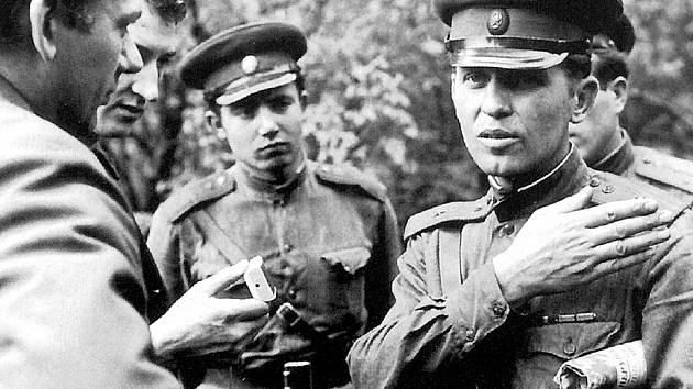 Ostravští novináři jako jediní v republice začali v srpnu 1968 vydávat noviny nazvané Spojené deníky. Na snímku (zcela vlevo) je redaktor Nové svobody Miroslav Tyrlík v rozhovoru se sovětskými vojáky umístěnými ve Frenštátě pod Radhoštěm.
