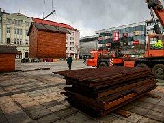 Odvoz vánočních stánků z Masarykova náměstí v centru Ostravy.