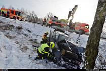 Čtyři jednotky hasičů vyrazily do Ostravy-Bartovick nehodě osobního automobilu Alfa Romeo, který ve směru na Ostravu sjel mimo silnici, skončil za ochranným oplocením a narazil do stromu.18. ledna 2021.