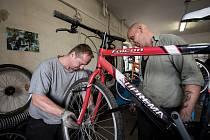 Rudolf Štefanov a Josef Švejdar patří mezi vězně, kteří opravují darovaná kola určená dětem v Gambii.