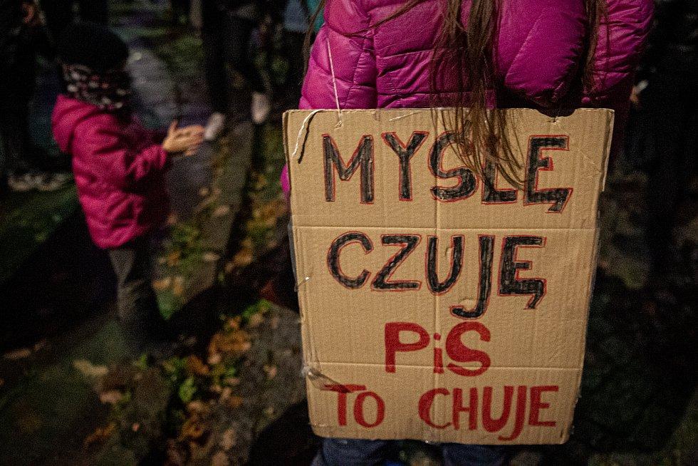 """Transparent s nápisem: """"Myslím, cítím, PiS jsou chuji! (PiS = Prawo i Sprawiedliwość, politická strana)"""""""