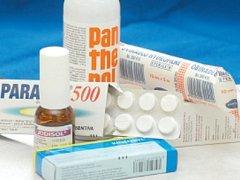 V cestovní lékárničce by neměl chybět lék proti bolesti, horečce, dezinfekce, náplasti nebo sterilní obvazy.