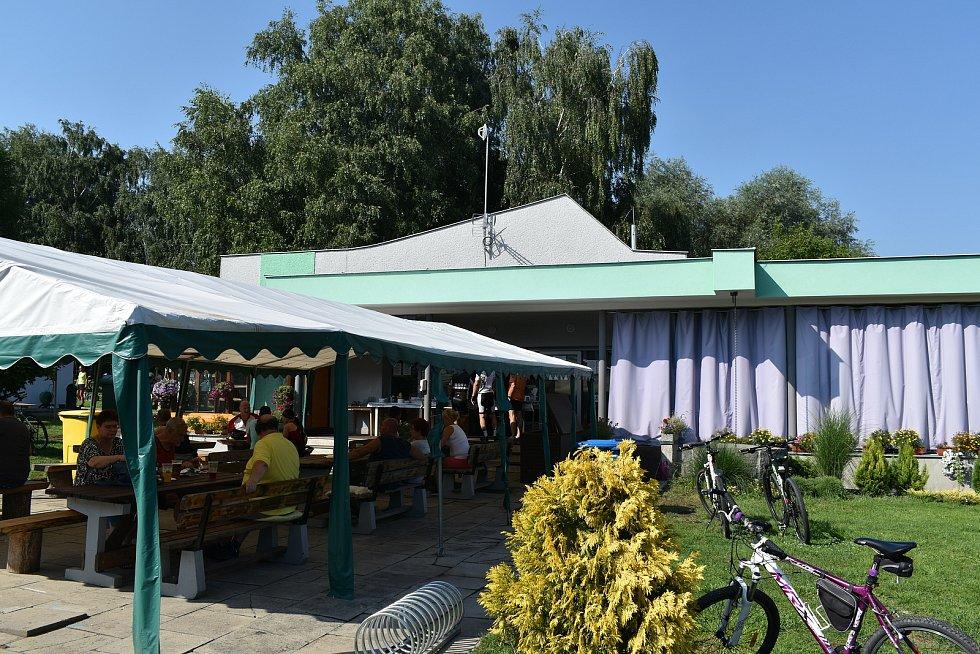 V bývalé smuteční síni v Koblově je netradiční restaurace.