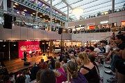 Nákupy noci svatojánské v obchodním centru Forum Nová Karolina
