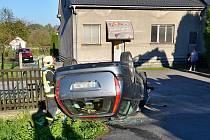 Nehody v Ostravě-Bartovicích. Citroën C5 skončil na střeše.