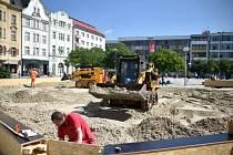 V centru města na Masarykově náměstí začala příprava písečné pláže, která bude součástí Olympijského parku Ostrava.