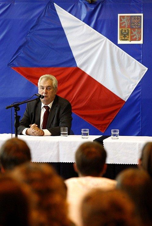 Prezident Miloš Zeman debatoval i se studenty gymnázia Hladnov.