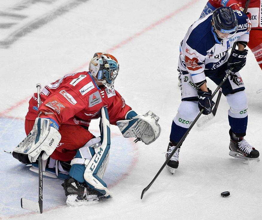 Utkání 3. kola hokejové extraligy: HC Oceláři Třinec - HC Vítkovice Ridera, 15. prosince 2020 v Třinci. (zleva) Josef Kořenář z Třince a Jan Schleiss z Vítkovic.
