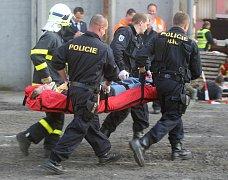 Havárie vlaku, autobusu a několika vozidel v důsledku povodní byla námětem středečního cvičení záchranářů v areálu firmy Libros v Ostravě-Přívoze.
