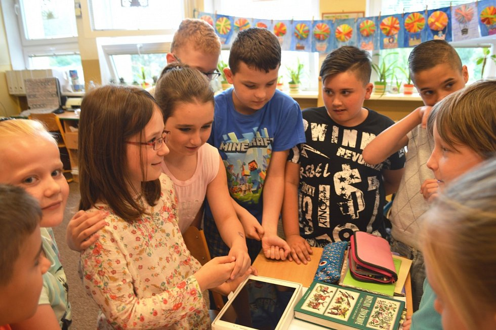 """Celostátní soutěž """"Vím proč"""" pomáhá učitelům nadchnout své studenty pro fyziku – děti si jejím prostřednictvím nachystají a natočí vlastní fyzikální pokusy a následně je svým vrstevníkům vysvětlí."""