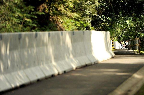 Užší, zato bezpečnější. Nová opatření proti padajícímu kamení zapříčinila zúžení cyklostezky.
