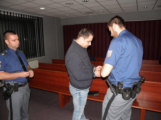 David Dembinski v úterý předstoupil před Okresní soud v Ostravě. Je obžalován z loupeže. Vinu kategoricky popřel.