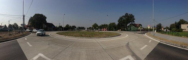 Kruhový objezd je první částí stavby, samotné napojení na dálnici už probíhá a dokončeno bude vpříštím roce.