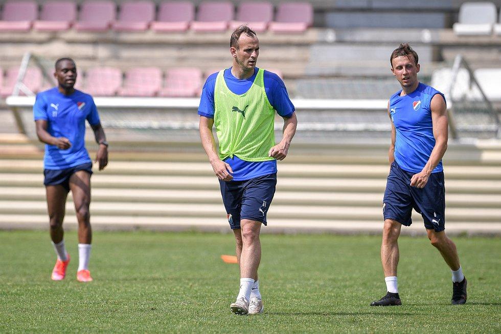 První trénink fotbalového týmu FC Baník Ostrava, 21. června 2021 v Kroměříži. Na snímku Gigli Ndefe, David Lischka a Daniel Tetour.