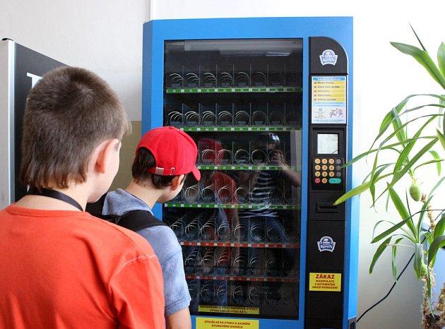 Školáci před prázdným automatem na mléčné výrobky