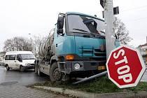 Silnice v kraji na mnoha místech pokryla ledovka, zvýšil se počet dopravních nehod. Snímek z nehody na Místecké ulici.