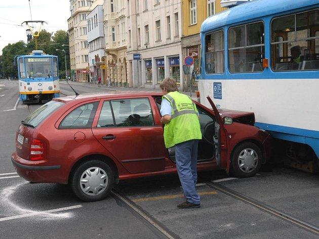 Nehoda osobního auta a tramvaje na křižovatce Českobratrské a Nádražní ulice v centru Ostravy