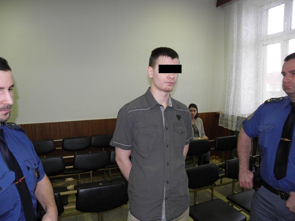 Mladíkovi v případě uznání viny hrozí až deset let vězení.