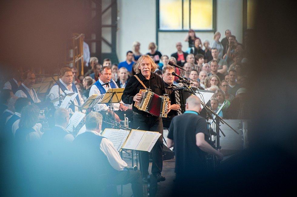Koncert Jaromíra Nohavici k slavnostnímu otevření Trojhalí.