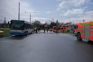 Čtyři jednotky hasičů zasahovaly ve čtvrtek 8. dubna odpoledne u požáru motoru naftového autobusu Irisbus, který stál na okraji dopravního terminálu vOstravě-Hranečníku.