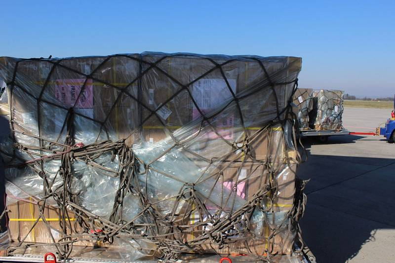 Ostravští celníci odbavili první leteckou zásilku s ochrannými pomůckami
